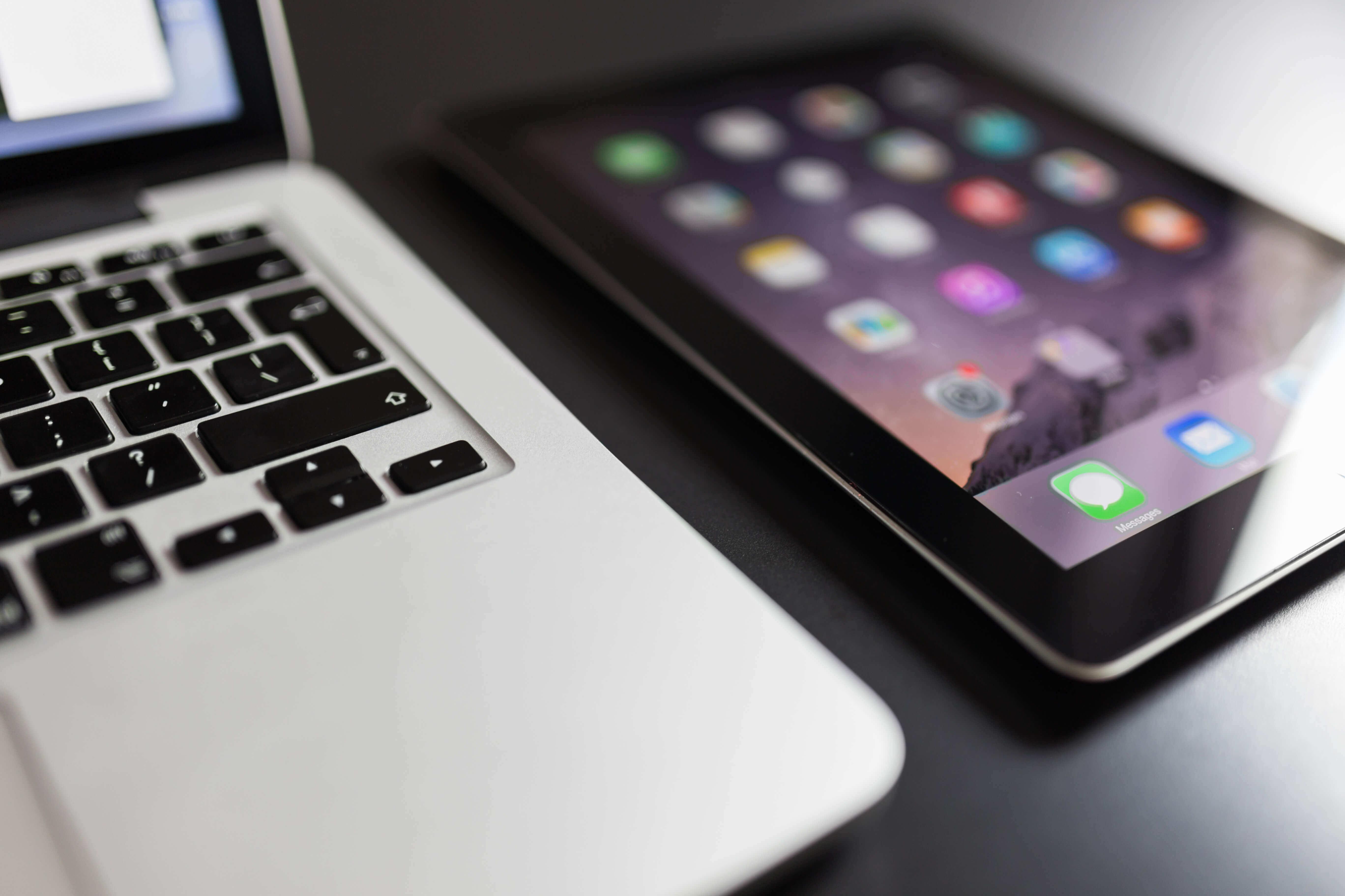 Dispositivos móveis. Smartphone, tablets, notebooks e laptops. Computador pessoal, desktop